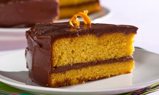 Bolo de cenoura e laranja recheado com chocolate