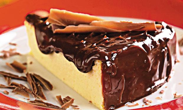 Cheesecake com cobertura de chocolate