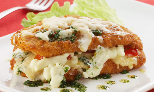 Frango à parmigiana recheado com queijo