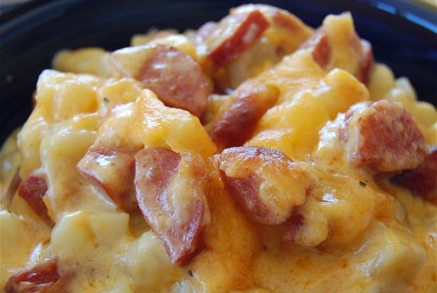 batatas assadas com salsichas e queijo