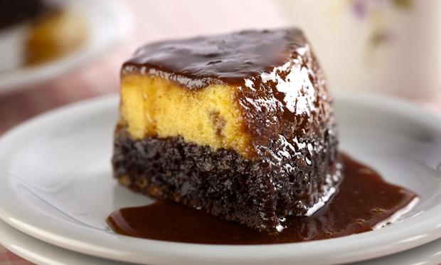 Bolo-pudim de chocolate e maracujá