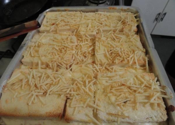 Torta de pão de forma no forno