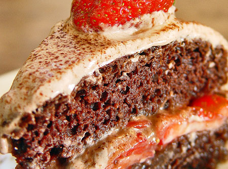 bolo-de-cacau-recheado-de-morangos-e-mel-e-cobertura-de-creme-de-tofu-organico-f8-12597