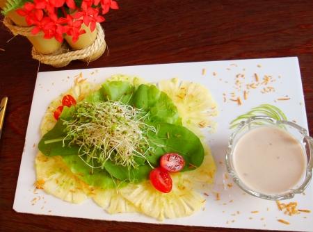 salada-verao-2014—carpaccio-de-abacaxi-folhas-e-molho-de-coco-f8-113685