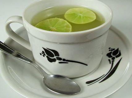 7 razões para beber um copo de água morna com limão ao acordar