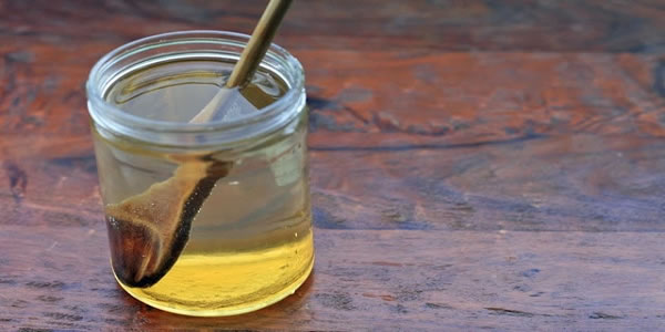 Ela bebe água com mel todos os dias em jejum e o resultado é sensacional!