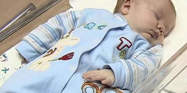Bebê-foi-abandonado-para-morrer-em-uma-caixa-não-vai-acreditar-quem-o-salvou