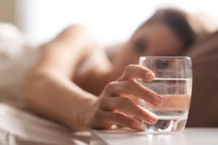 Deixar-água-do-lado-da-cama-à-noite-pode-fazer-mal-à-saúde-430×285