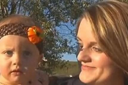 Mãe-fica-em-choque-ao-encontrar-no-Facebook-memes-cruéis-falando-que-sua-filha-saudável-tinha-câncer-430×285