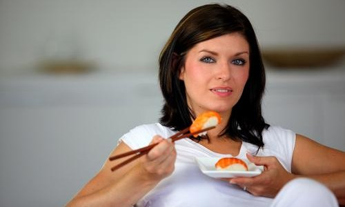 woman-eating-sushi-500x300