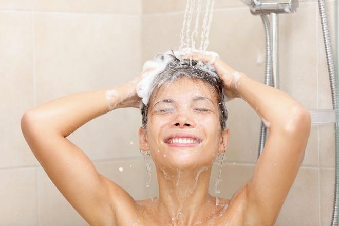 mulher-lavar-cabeca-durante-menstruacao