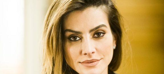 Tamara (Cleo Pires) *** Local Caption *** Cap 4 – Tamara ( Cleo Pires ) maquiando Beto ( João Baldasserini ). Tamara implica com a surra que Beto tomou.