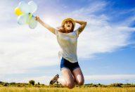 mulher-feliz-pulando-0916-1400×800