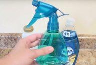 ele-combina-dois-produtos-comuns-e-os-transforma-no-produto-mais-eficaz-para-limpar-banheiros-430×285