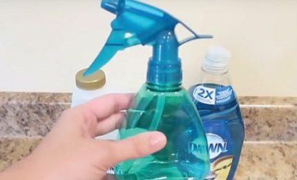 ele-combina-dois-produtos-comuns-e-os-transforma-no-produto-mais-eficaz-para-limpar-banheiros-430x285