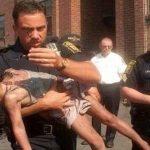 Depois de salvar a menina há 18 anos atrás, este policial recebe um impressionante gesto de agradecimento