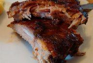 Quem não gosta de uma costelinha de porco? Elas são uma escolha ótima para a grelha, mas podem ser um pouco difíceis de fazer. Aqui está um passo-a-passo para cozinhar costelinhas macias e saborosas, que com certeza agradarão à família toda. Remova a membrana     Passe uma faca afiada entre a membrana e o osso para soltá-la. Remova também todo o excesso de gordura. Tempere  Use um tempero pronto de sua escolha, destes que você pode encontrar em qualquer supermercado. Cubra ambos os lados da costela generosamente. Envolva em plástico e refrigere   Envolva a costela em plástico filme e deixe na geladeira durante a noite. Hora de ir ao forno    No dia seguinte, tire o filme plástico e envolva cada costela individualmente em papel alumínio. Coloque em uma travessa e leve ao forno por 3 horas, a 140ºC. 3 horas depois  Remova as costelas do forno e guarde o líquido que se acumulou no papel alumínio. A parte mais difícil já passou, pois agora a costela já está praticamente cozida, só falta ir para a grelha. Prepare o molho  Pegue o líquido das costelas e misture com molho do tipo Barbecue. Hora da grelha     Espalhe a mistura nas costelas e leve a uma grelha limpa e untada. Grelhe cada lado por 3-5 minutos. Macias e prontas para comer     A carne vai estar desmanchando! Sirva com maionese e farofa, e aproveite!