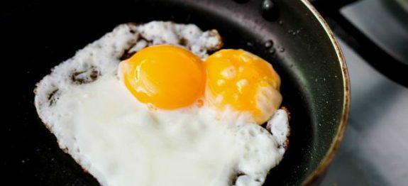 como-fritar-ovo-com-agua-e-sem-oleo-1
