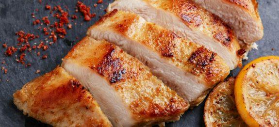 7 macetes na hora de grelhar o frango vão deixar ele muito mais macio e suculento