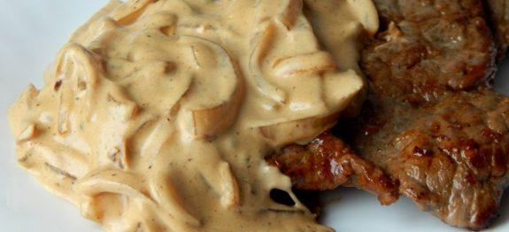 Bife com molho cremoso de cebola bom