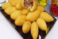 Bolinho de mandioca recheado com carne-seca
