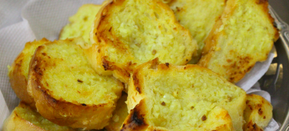 3 tipos de torradinhas feitas em casa: com orégano, com alho e com maionese