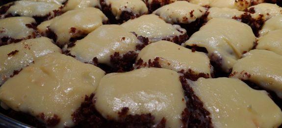 Bolo de chocolate com cobertura de Leite Ninho