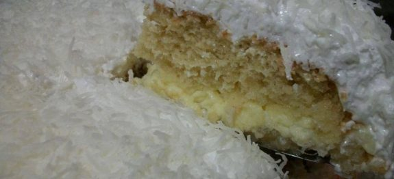Bolo-cremoso-de-coco-com-cobertura-marshmallow