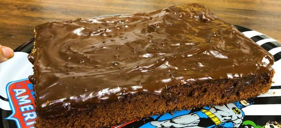 bolo-de-chocolate-facil-molhadinho-liquidificador-1024×576 (1)